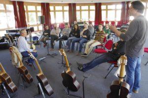 Moment d'échange et d'essai des guitares des BMA2 avec Olivier Castain