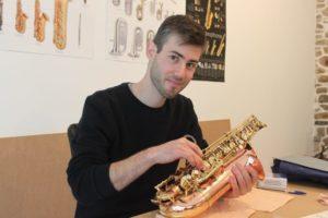 Avranches : l'ancien ingénieur se reconvertit dans la réparation d'instruments
