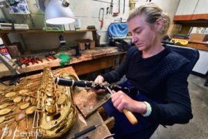 Dans son atelier d'Aurillac, elle répare les instruments à vent