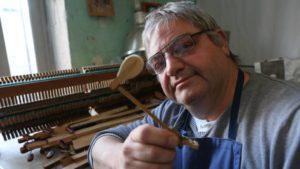 Claude Lachasse redonne vie aux pianos