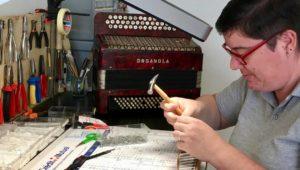Près de Laval. Elle a choisi de devenir réparatrice d'accordéon.