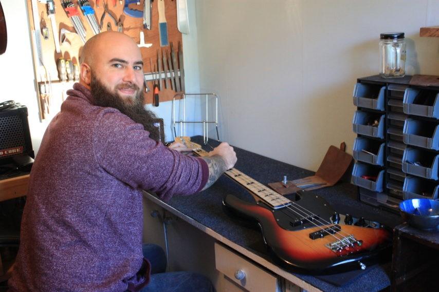 Au Havre, un nouveau luthier donne (ou redonne) vie aux guitares