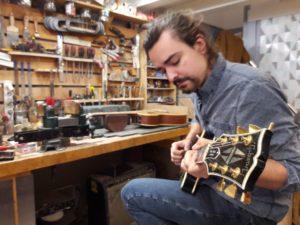 Montauban : Charly fabrique et répare des guitares électriques